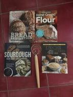 A kedvenc, Amazonról rendelt kenyérsütő könyveim, na és persze a kovász keverőm.
