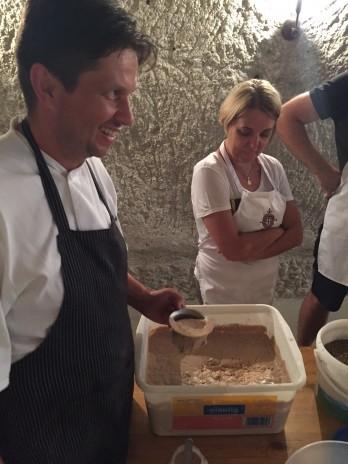 András frissen őrölt lisztből készíti a kovászt